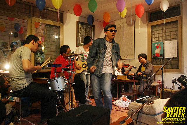 Zeke Khaseli and The Wrong Planeteers live at Rukustik #5:Perayaan 10 Tahun Kineruku-12