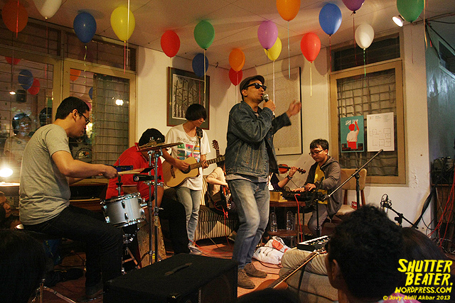 Zeke Khaseli and The Wrong Planeteers live at Rukustik #5:Perayaan 10 Tahun Kineruku-13