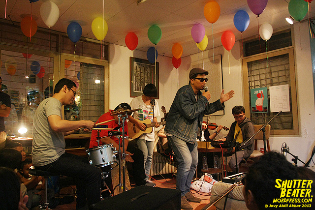 Zeke Khaseli and The Wrong Planeteers live at Rukustik #5:Perayaan 10 Tahun Kineruku-14