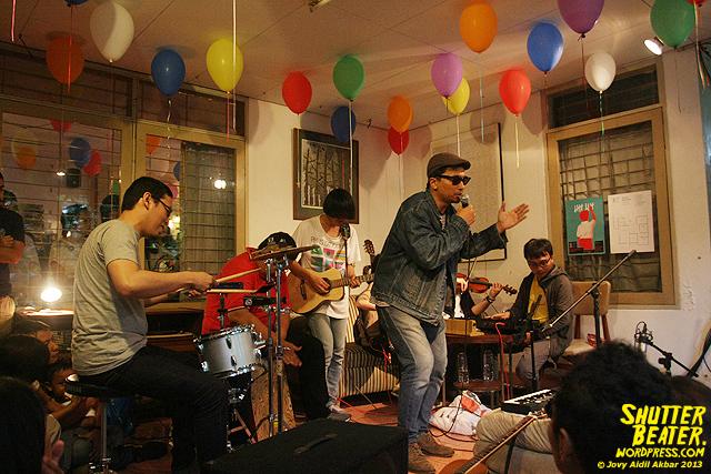 Zeke Khaseli and The Wrong Planeteers live at Rukustik #5:Perayaan 10 Tahun Kineruku-14