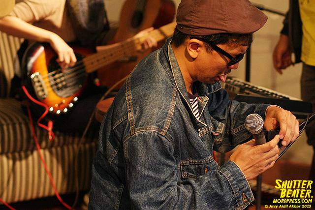 Zeke Khaseli and The Wrong Planeteers live at Rukustik #5:Perayaan 10 Tahun Kineruku-2