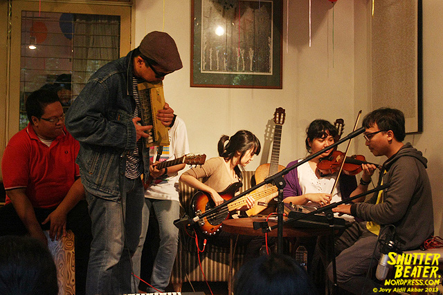 Zeke Khaseli and The Wrong Planeteers live at Rukustik #5:Perayaan 10 Tahun Kineruku-27