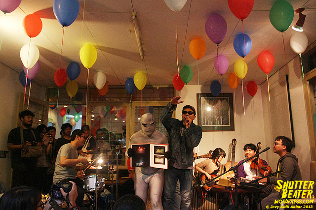 Zeke Khaseli and The Wrong Planeteers live at Rukustik #5:Perayaan 10 Tahun Kineruku-28
