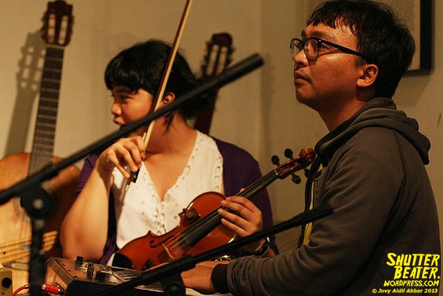 Zeke Khaseli and The Wrong Planeteers live at Rukustik #5:Perayaan 10 Tahun Kineruku-33