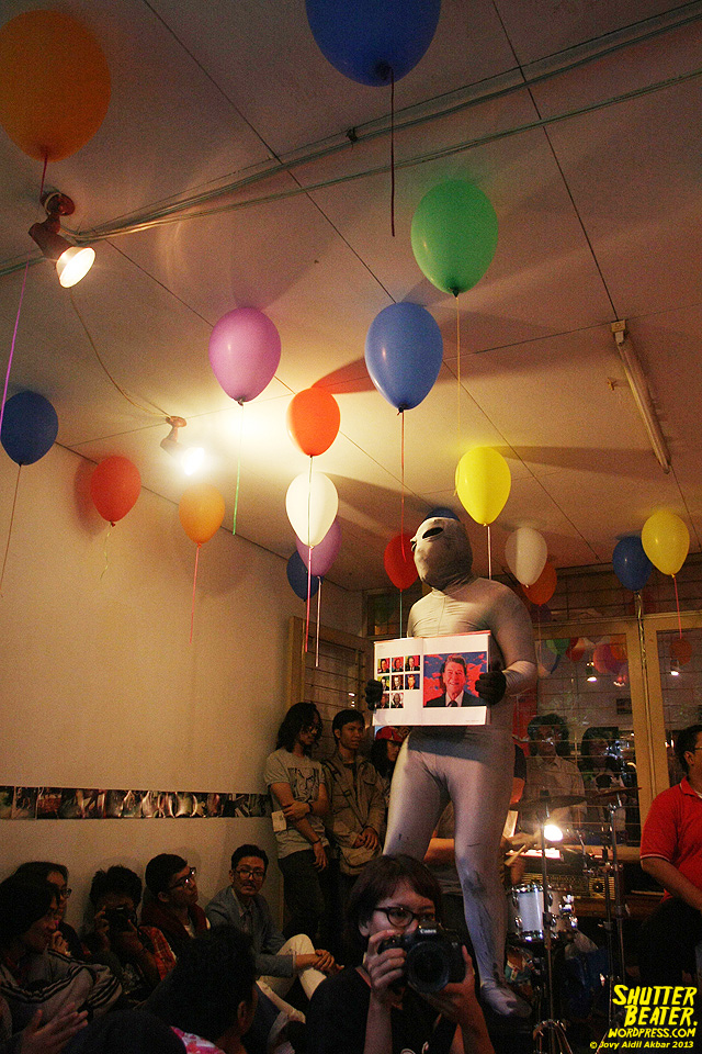 Zeke Khaseli and The Wrong Planeteers live at Rukustik #5:Perayaan 10 Tahun Kineruku-37