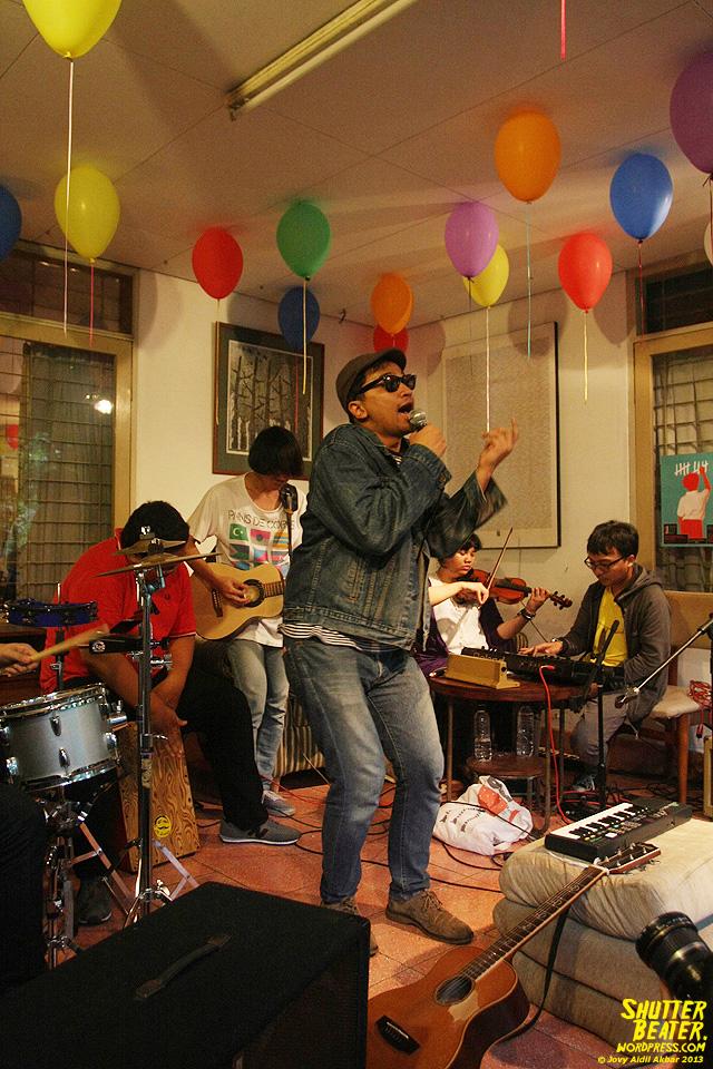 Zeke Khaseli and The Wrong Planeteers live at Rukustik #5:Perayaan 10 Tahun Kineruku-38