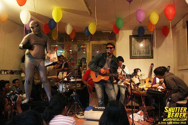 Zeke Khaseli and The Wrong Planeteers live at Rukustik #5:Perayaan 10 Tahun Kineruku-40