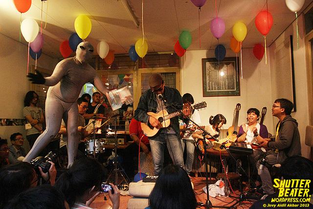 Zeke Khaseli and The Wrong Planeteers live at Rukustik #5:Perayaan 10 Tahun Kineruku-41