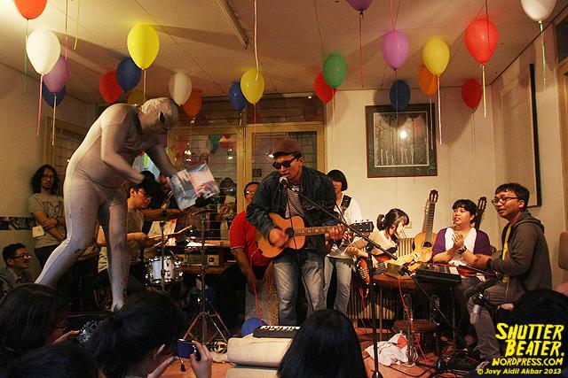 Zeke Khaseli and The Wrong Planeteers live at Rukustik #5:Perayaan 10 Tahun Kineruku-42