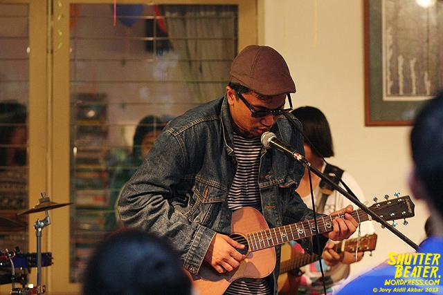 Zeke Khaseli and The Wrong Planeteers live at Rukustik #5:Perayaan 10 Tahun Kineruku-46