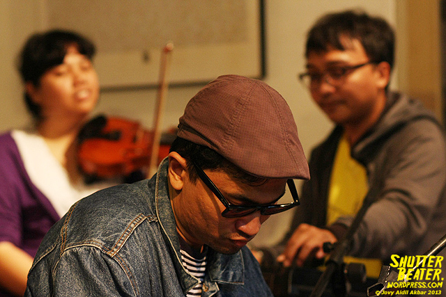 Zeke Khaseli and The Wrong Planeteers live at Rukustik #5:Perayaan 10 Tahun Kineruku-8