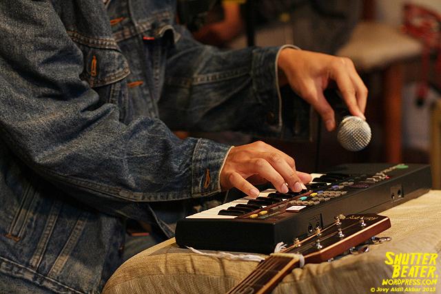 Zeke Khaseli and The Wrong Planeteers live at Rukustik #5:Perayaan 10 Tahun Kineruku-9